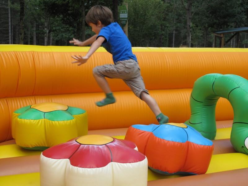 Ttiki leku le nouveau parc de jeux pour enfant du pays basque souraide - Jeux gonflable enfant ...